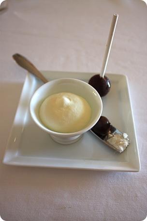 Bille de cacao liquide poudre de rhum, confiture de tomate sorbet citron au sirop d'orgeat et sucette fraise limoncello enrobée de chocolat